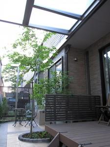 ウッドデッキの上部には屋根を設置(プラスG)