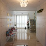 建物内部のタイルと飾り棚