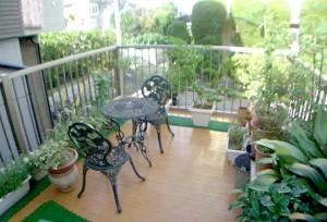 バルコニー上には植木と寛ぎのガーデンテーブルセットを