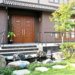 玄関前には鯉が泳ぐ池を造作