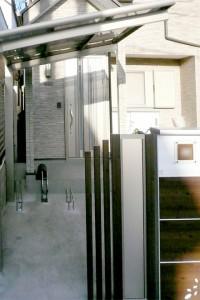 木調色のスマートな機能門柱