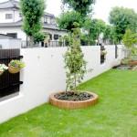 天然芝とレンガで囲った菜園スペース
