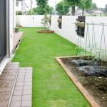 お庭には鮮やかな色の天然芝