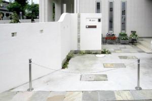 アプローチや門柱には淡い色合いの石材を部分的に使ってアクセント