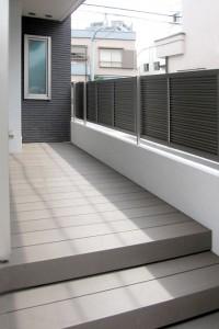 使用した商品はLIXILのプラスGがメインで、タイルや石材も使用しています。