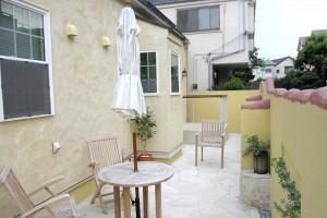 ランダムな高さに仕上げた塀と、カフェの一角のようなお庭が印象的です。