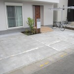 車庫・駐輪場・アプローチも含めてシンプルに統一してまとめました。