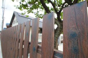 リアルな木調フェンス。タカショー:特注縦張りユニット クラシックブラウン