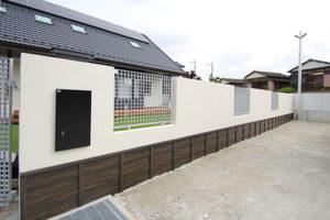 三協:フェンス グランクロスと塗壁にささら子下見塀ボード(黒炭)