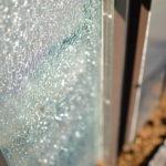 オリジナル門柱のクラッシュガラス。照明を当てたりするととても綺麗です。