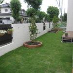 お庭部分。奥には家庭菜園があります。